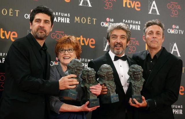 El-realizador-Cesc-Gayi-la-productora-Marta-Esteban-el-actor-argentino-Ricardo-Darín-y-el-guionista-Tomás-Aragay-posan-con-los-Goyas-conseguidos-por-sus-trabajos-en-la-película-Truman-EFE